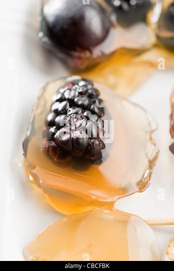 Tee-Gelee mit Beeren und Trauben Stockbild