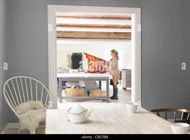 Designer arbeiten mit Textilien im studio Stockbild