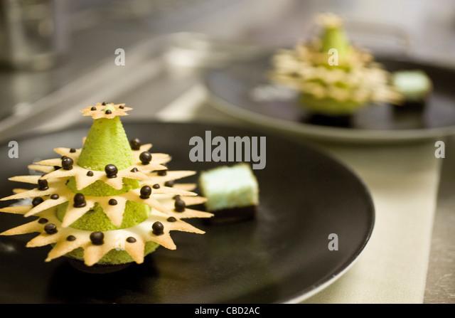 Gourmet-Dessert wie Weihnachtsbaum geformt Stockbild