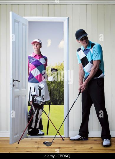 Paar, Golfen in neues Zuhause Stockbild