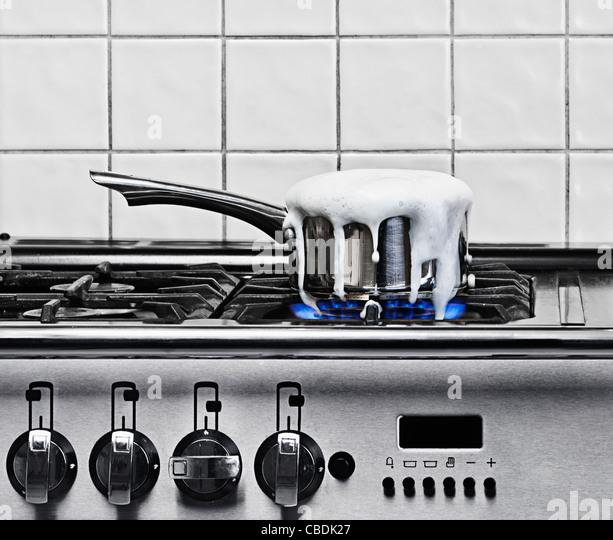 Schwenken Sie kochen auf Gas-Kochfeld Stockbild