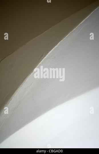 Abstrakte Sicht von Decke, Wand und Bogen des Einganges Stockbild