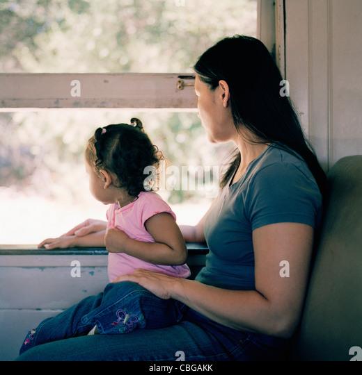 Eine Mutter und Tochter in einem Zug Blick durch Fenster Stockbild