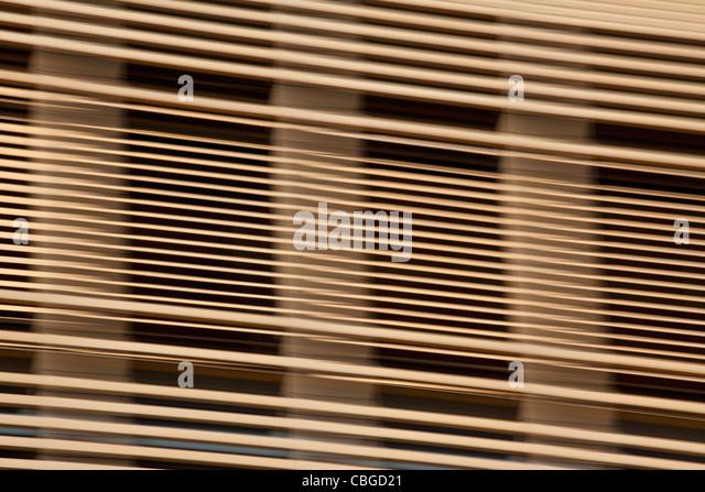 Louvered Holzlatten vor Fenster Stockbild