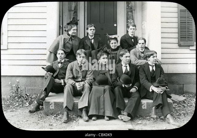 Ca. 1900 Antik Foto von einer Gruppe junger Männer und Frauen. Stockbild