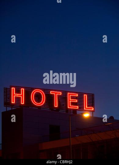 Hotel Neon-Schild bei Nacht Stockbild