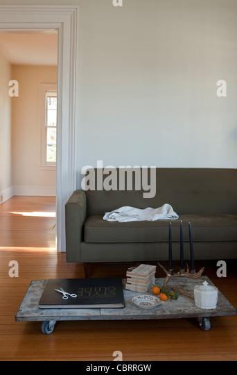 Wohnzimmer mit niedrigen Couchtisch. Stockbild