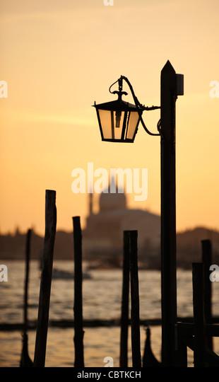 Traditionelle Lampe und der Chiesa del Santissimo Redentore bei Sonnenuntergang, Venedig, Venetien, Italien Stockbild