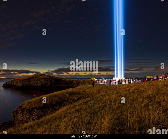Menschen mit dem vorstellen der Peace Tower, Videy, Reykjavik, Island Stockbild