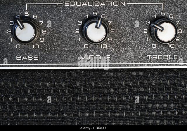 Bass, Middle und treble EQ Knöpfe auf einen Verstärker Stockbild