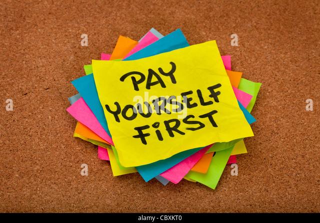 Zahlen Sie sich zuerst, eine Erinnerung an persönliche Finanzstrategie - Stapel von bunten Haftnotizen auf Stockbild