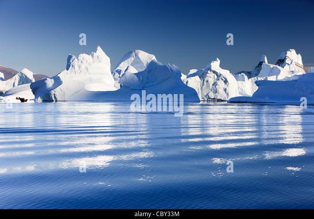 Zwischen den Eisbergen bei Røde Ø, Scoresby Sund, Grönland Kreuzfahrt Stockbild
