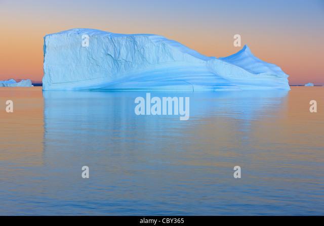 Eisberg bei Sonnenuntergang in Halle Bredning, Scoresbysund, Grönland Stockbild