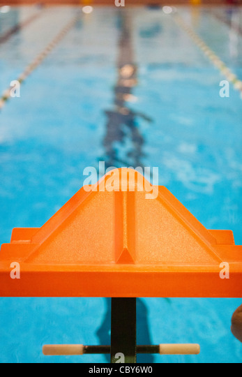 Orange Schwimmer ab Plattform Stockbild