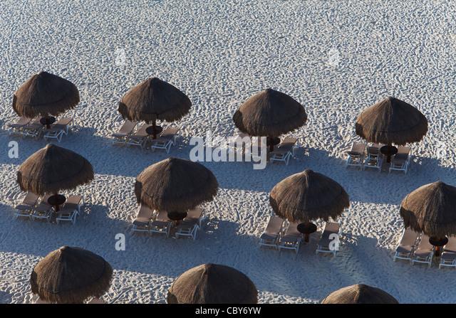 Zusammenfassung der Sonnenschirme und Liegestühle in Cancun Mexiko Stockbild