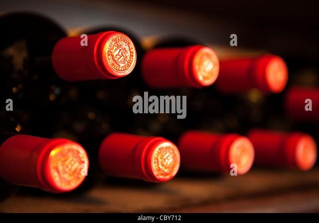 Zusammenfassung der Flasche Rotwein Tops auf ein Weinregal Stockbild