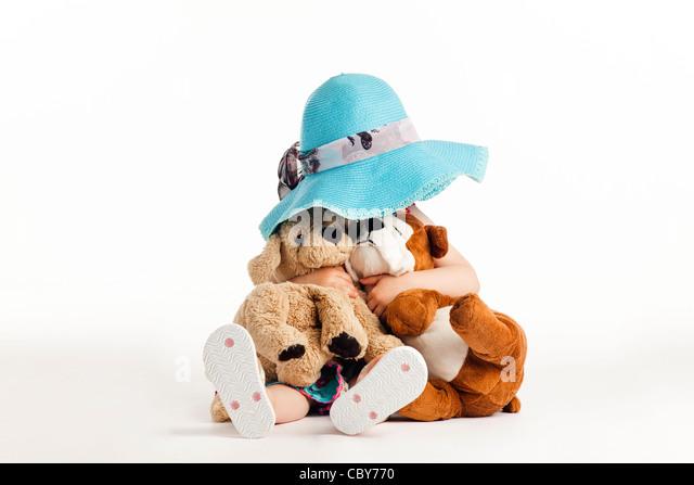 Kleines Kind versteckt sich hinter ausgestopfte Tiere Stockbild