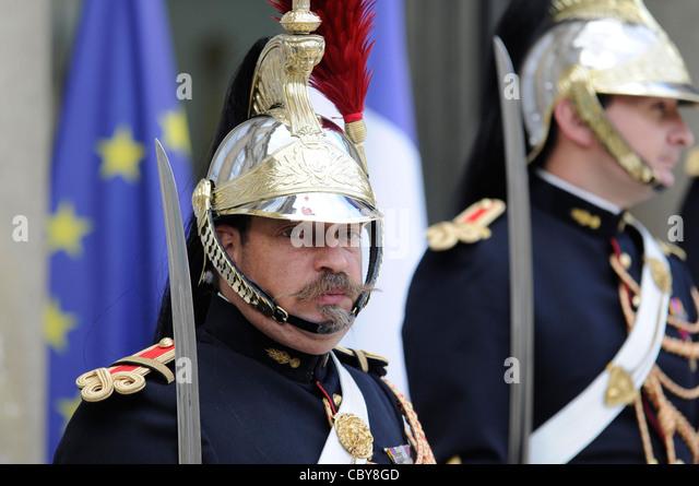 Eine Wache der Republikanischen Garde im Elysée-Palast, Frankreich ' s offizielle Präsidentschaft Stockbild
