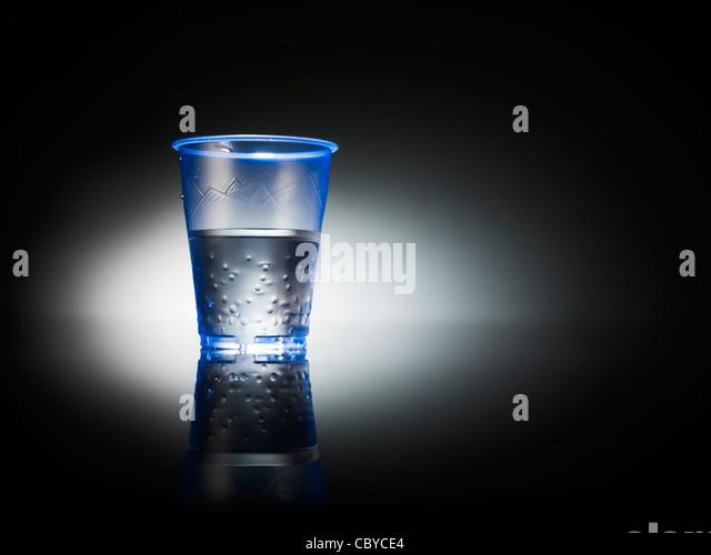 Wasser in eine Tasse Kunststoff Büro Stockbild