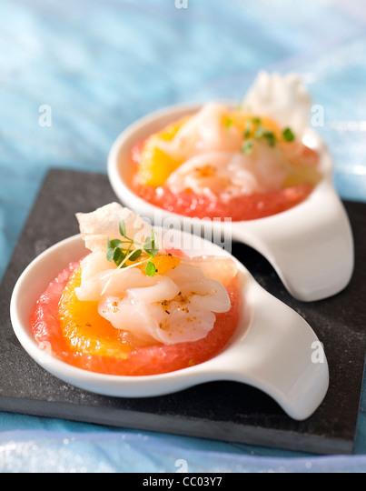 Carpaccio von Jakobsmuscheln mit Zitrusfrucht-sauce Stockbild