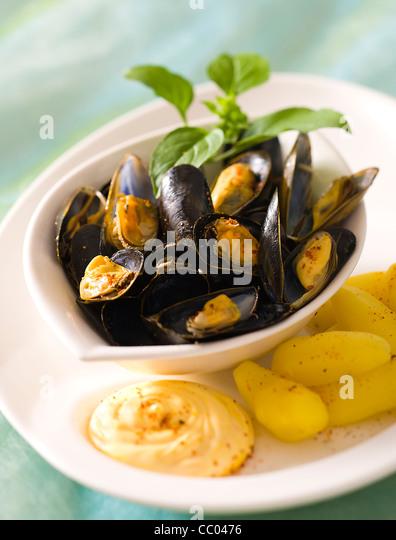 Muscheln in Knoblauch und Safransauce Stockbild