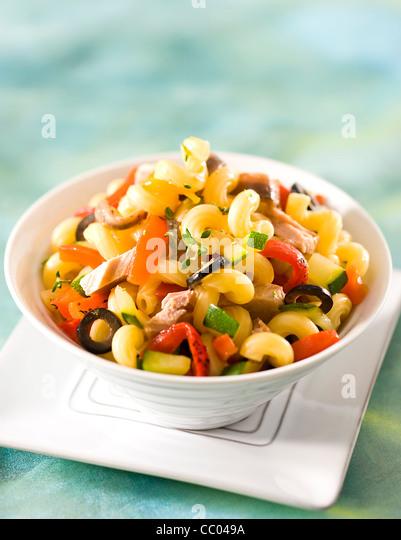 Nudeln mit Thunfisch und Thymian-Salat Stockbild