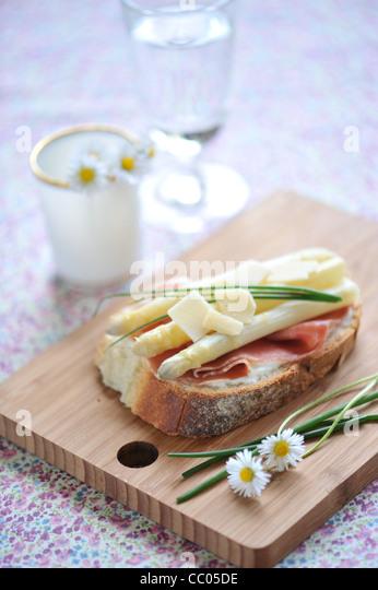 Roher Schinken, Spargel und Land-Käse-Toast Stockbild
