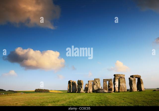 Stonehenge, Wiltshire, England, an einem schönen Sommerabend. Stockbild