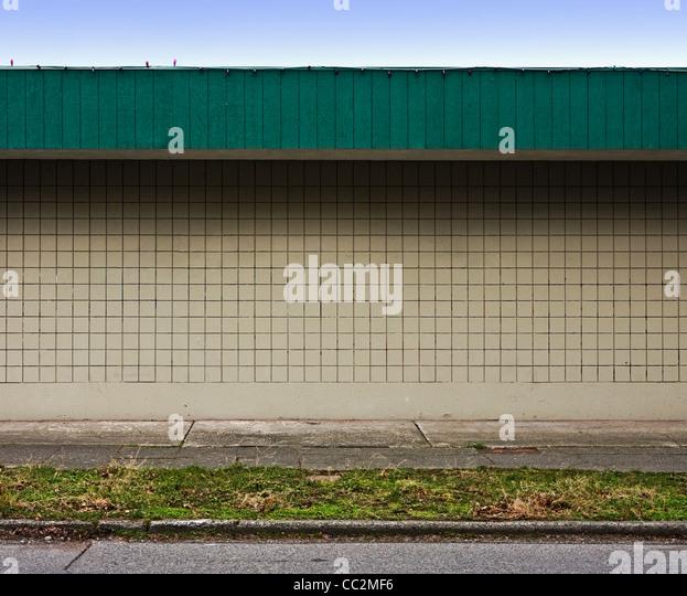 grüne und braune Wand des Geschäftshaus Stockbild