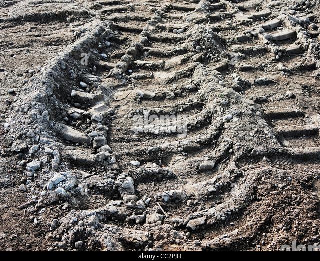 LKW Reifenspuren im Schmutz auf Baustelle Stockbild
