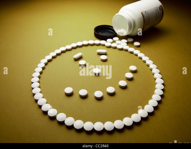 unter Drogen glückliches Gesicht gemacht aus Pillen und Medikamente Stockbild