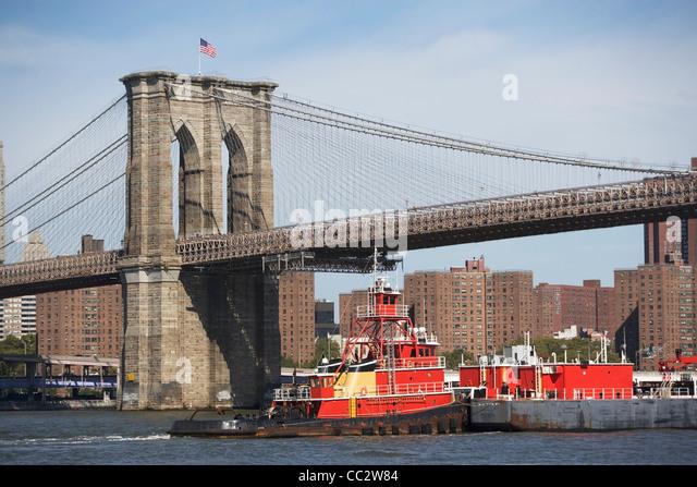 USA, New York State, New York City, Barge unter Brooklyn Bridge Stockbild