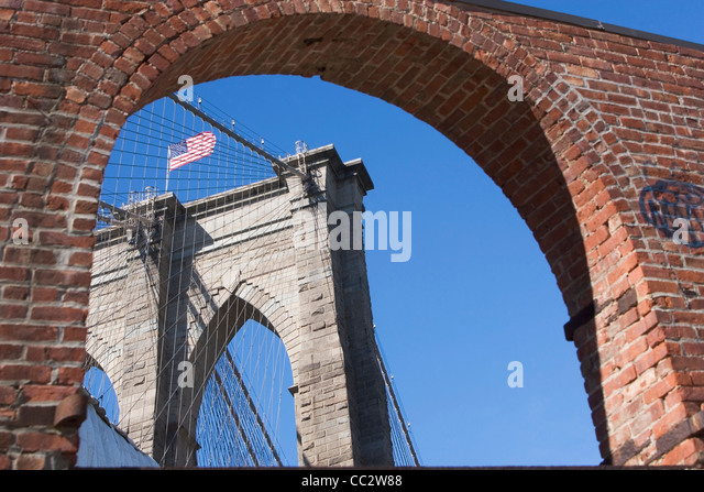 USA, New York State, New York City, Arch und Brooklyn Bridge im Hintergrund Stockbild