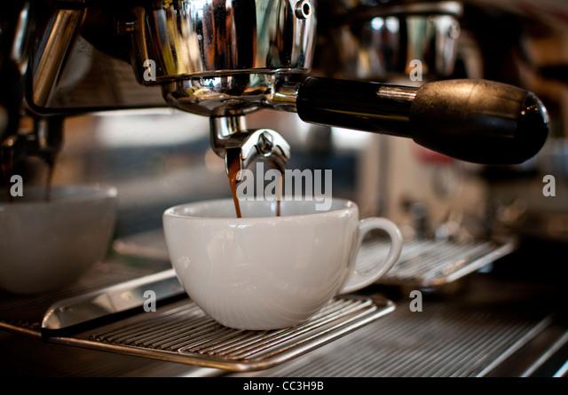Brauen in einen Becher Kaffee Stockbild