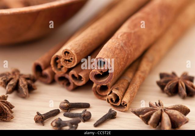 Zimt-Sticks, Nelken und Sternanis auf eine Holzoberfläche Stockbild