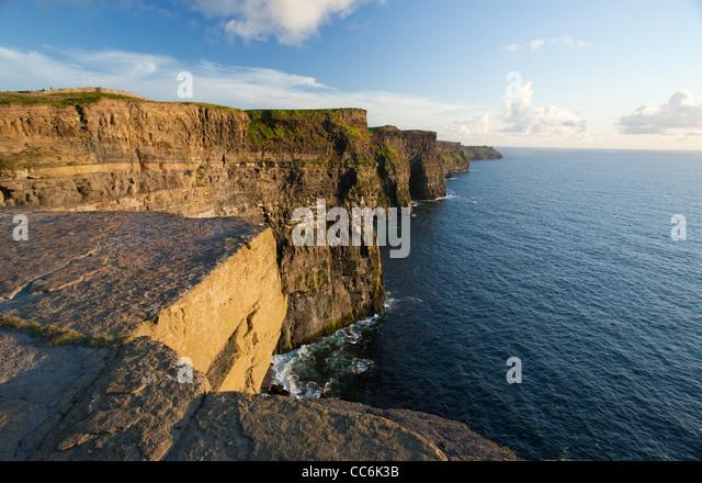 Abendlicht auf die Cliffs of Moher, The Burren, County Clare, Irland. Stockbild