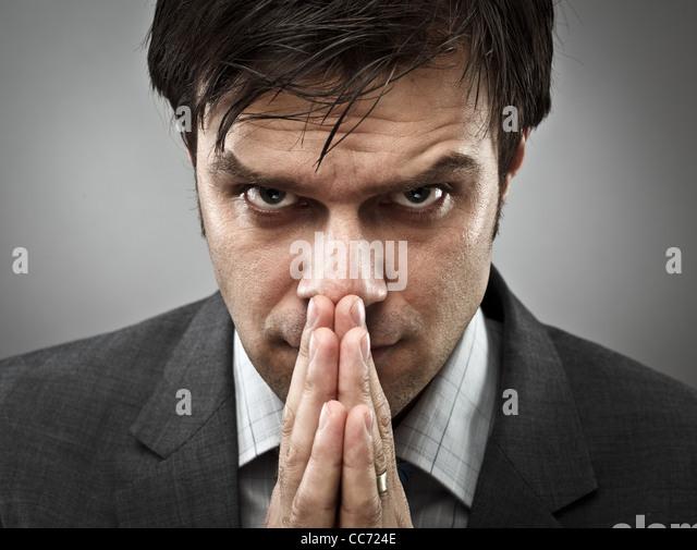 Junger Geschäftsmann mit einem Ausdruck der intensiven Konzentration Stockbild