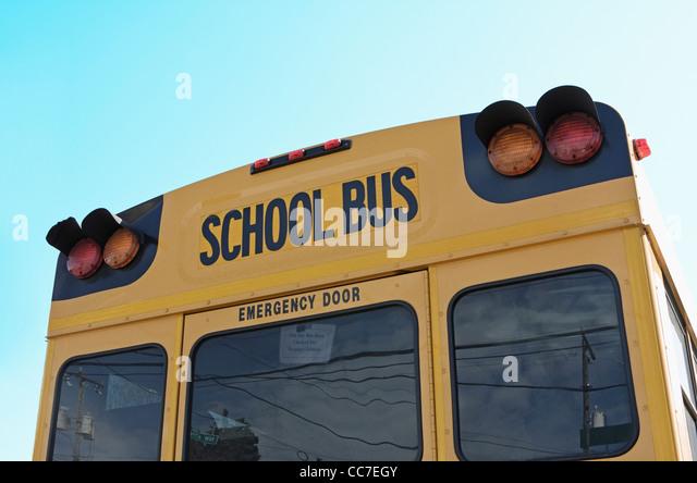 Rückseite der Schulbus gegen blauen Himmel Stockbild