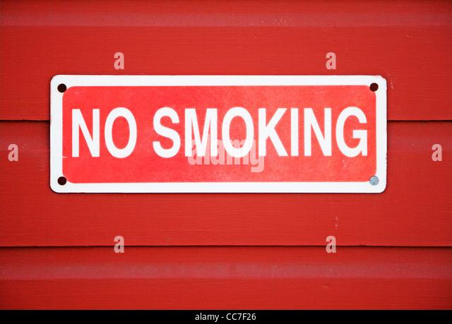 kein Rauchen Zeichen an der Wand montiert Stockbild