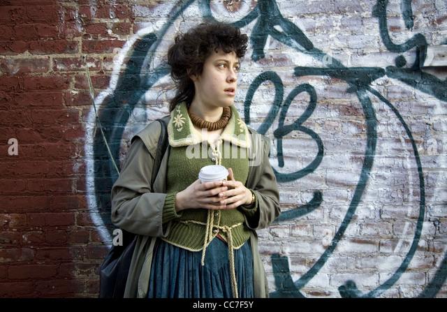 Junge Frau mit einer Tasse Kaffee, Brooklyn, New York. Stockbild