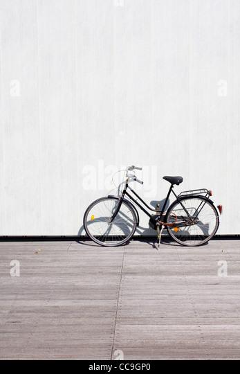 Ein Fahrrad an eine Wand gelehnt Stockbild