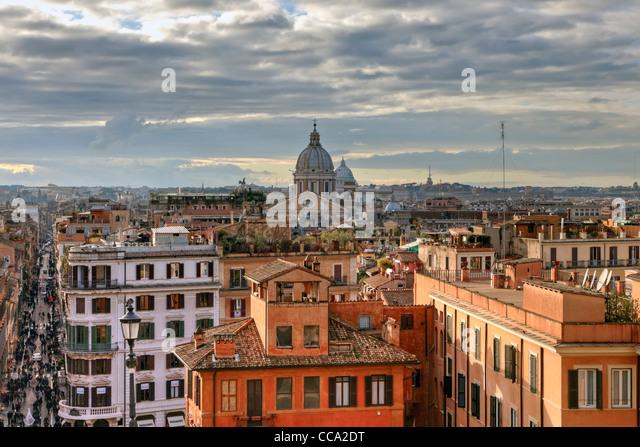 Über den Dächern von Rom Blick von der Kirche Trinita dei Monti im Zentrum der pulsierenden Metropole Stockbild