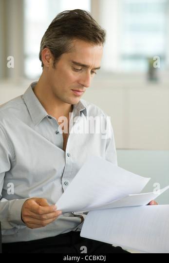 Geschäftsmann Lesung Dokument Stockbild