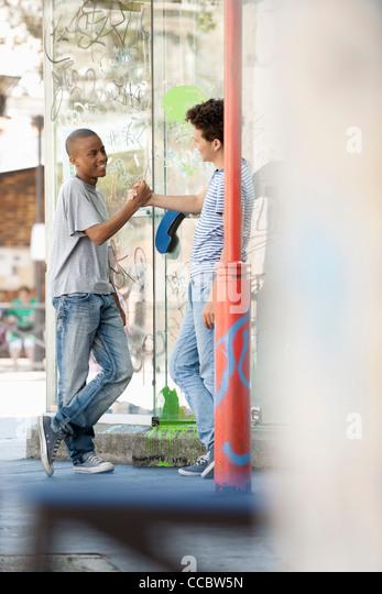 Junge Männer, die einander Gruß Stockbild