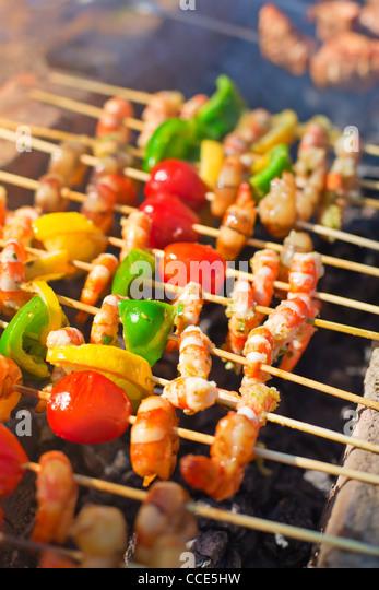 Schaschlik aus Garnelen kochen im Freien. Stockbild