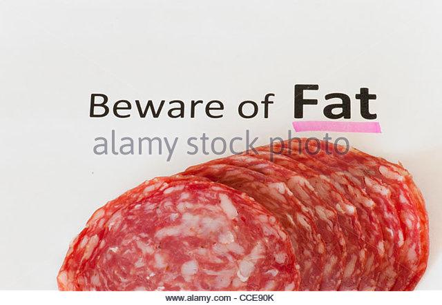 Cholesterin-reiche Nahrung. Salami ist Quelle von versteckten Fett. Ungesunde Ernährung Produkt. Stockbild
