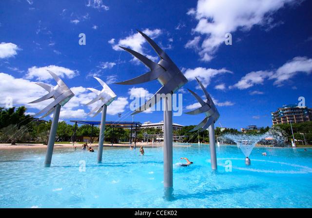 Die riesigen Fisch-Statuen sind eine bekannte Funktion der Cairns Esplanade Lagoon. Norden von Queensland, Australien. Stockbild