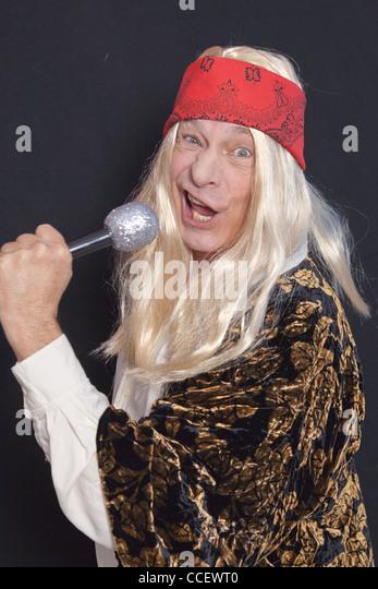 Porträt von senior Musiker lustige Grimassen während des Singens auf schwarzem Hintergrund Stockbild