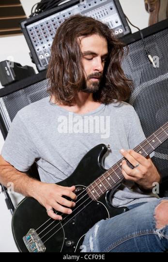 Männliche Musiker Gitarre spielen Stockbild