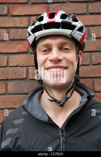 Porträt von happy Biker Helm tragen Stockbild